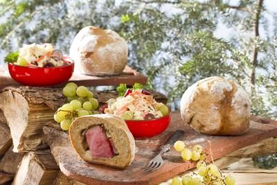 Schäufele im Brotmantel und Sauerkrautsalat